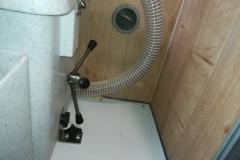 Bodenbefestigung mit 2 Rändelschrauben um die Toilette für die Benutzung verschieben zu können.